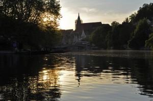 Der Neckar, der Neckarmüller, Neckarbrücke und die Stiftskirche sind zu sehen