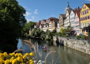 Neckarmauer von der Neckarbrücke aus fotografiert