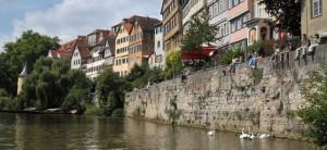 Historische Tübinger Stadtmauer am Neckar vom Stocherkahn aus gesehen.