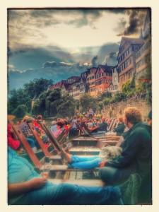 Ralf Schulz singt auf dem Neckarfloss bei Sonne und Regen vor der Neckarfront