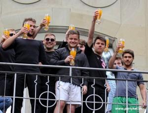 Die Verlierer des Stocherkahnrennens müssen trinken Lebertran